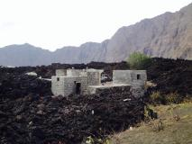 Fogo (Capo Verde), la colata lavica va raffreddandosi: alcune immagini dal villaggio distrutto - 21/30