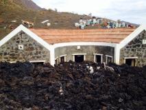 Fogo (Capo Verde), la colata lavica va raffreddandosi: alcune immagini dal villaggio distrutto - 23/30
