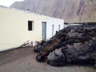 Fogo (Capo Verde), la colata lavica va raffreddandosi: alcune immagini dal villaggio distrutto - 26/30