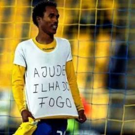 Fogo (Capo Verde), un calciatore indossa una maglietta di sostegno alla popolazione disastrata dall'eruzione vulcanica - 18/30